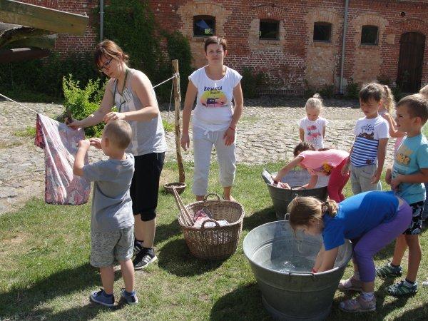 Przedszkolaki na wycieczce w Mniszkach