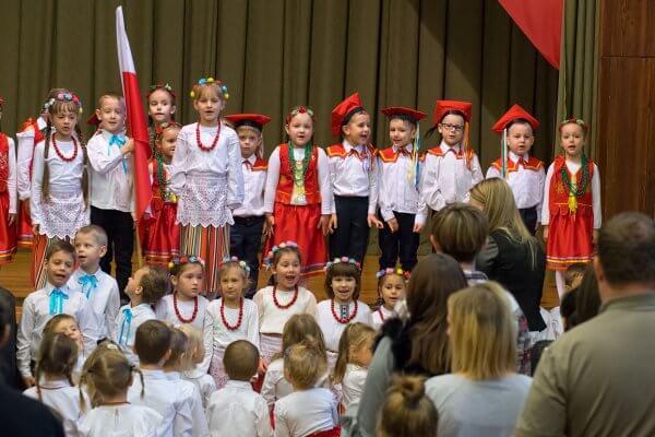 Dzieci świętują setną rocznicę Odzyskania Niepodległości