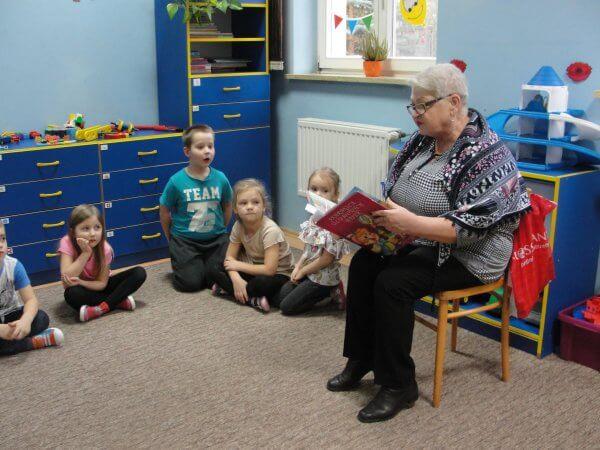 Seniorzy czytają bajki